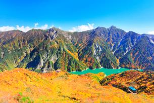 秋の立山 黒部湖と立山ロープウェイに紅葉の写真素材 [FYI01800289]