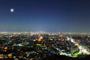 名古屋の街明かりと夜空に月の写真素材 [FYI01800301]