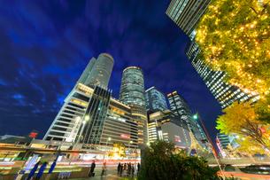 名古屋駅周辺の高層ビルとイルミネーション 夜景の写真素材 [FYI01800305]