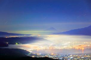 高ボッチ高原より富士山に星空と諏訪の街明かりに雲海の写真素材 [FYI01800312]