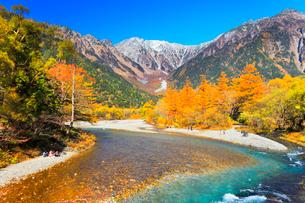 秋の上高地 河童橋より梓川の清流と穂高連峰に雪の写真素材 [FYI01800316]