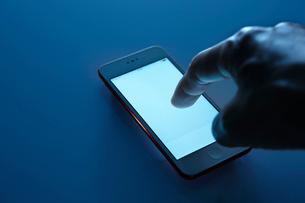 スマートフォンを操作する手の写真素材 [FYI01800329]