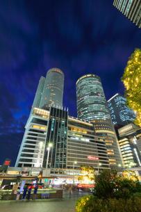 名古屋駅周辺の高層ビルとイルミネーション 夜景の写真素材 [FYI01800353]