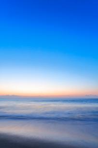 夜明けの海の写真素材 [FYI01800354]