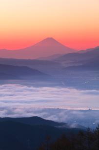 高ボッチ高原より朝焼けの富士山と諏訪湖の写真素材 [FYI01800361]