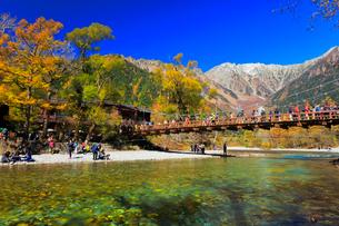 秋の上高地 梓川の清流に河童橋と穂高連峰に雪の写真素材 [FYI01800363]