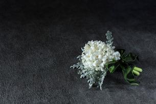 白いヒヤシンスとダスティーミラーのブーケの写真素材 [FYI01800372]