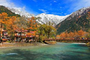 秋の上高地・河童橋より紅葉に雪の穂高連峰の写真素材 [FYI01800373]