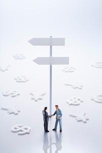 標識とビジネスマンと通貨マークの写真素材 [FYI01800379]