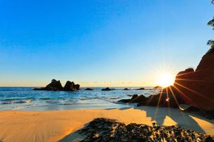 浜辺に朝日の写真素材 [FYI01800383]