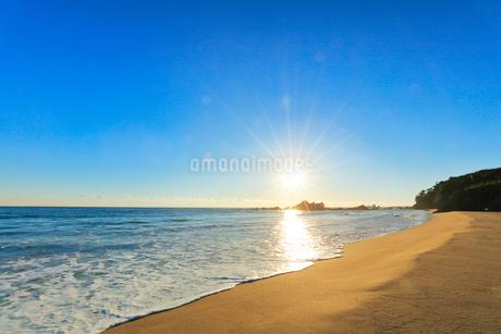 浜辺に寄せる波と朝日の写真素材 [FYI01800386]