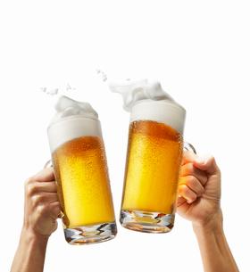 ビール乾杯イメージ,手ありの写真素材 [FYI01800478]