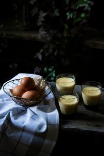 ガラスカップに入った手作りプリンと卵の写真素材 [FYI01800509]