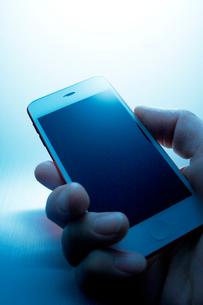 スマートフォンを操作する手の写真素材 [FYI01800576]