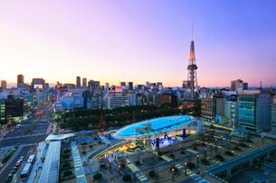 夕暮れのオアシス21と名古屋テレビ塔の写真素材 [FYI01800579]