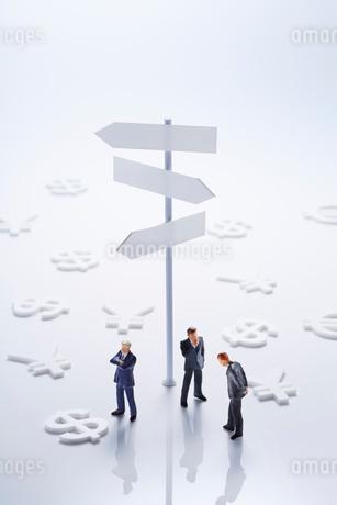 標識とビジネスマンと通貨マークの写真素材 [FYI01800585]