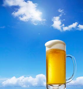 青空とビールの写真素材 [FYI01800608]