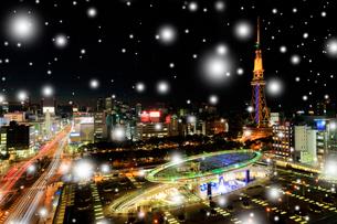 小雪降るオアシス21と名古屋テレビ塔 夜景 の写真素材 [FYI01800609]