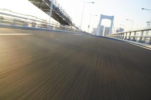 レインボーブリッジ走行シーンの写真素材 [FYI01800615]