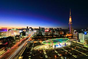 夕暮れのオアシス21と名古屋テレビ塔の写真素材 [FYI01800638]