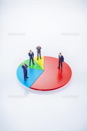ビジネスマン円グラフイメージの写真素材 [FYI01800640]