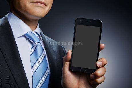 ビジネスマンとスマートフォンの写真素材 [FYI01800650]