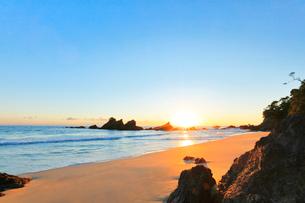 浜辺に朝日の写真素材 [FYI01800671]