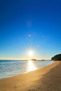 浜辺に寄せる波と朝日の写真素材 [FYI01800675]