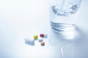 薬とコップの写真素材 [FYI01800680]