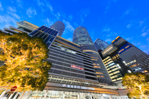 名古屋駅周辺の高層ビルとイルミネーション  夕景の写真素材 [FYI01800687]