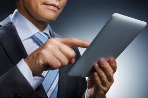 ビジネスマンとタブレット端末の写真素材 [FYI01800698]