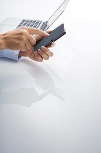 スマートフォンとパソコンイメージの写真素材 [FYI01800728]