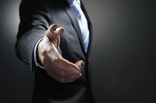 握手を求めるビジネスマンの写真素材 [FYI01800736]
