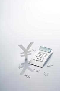 電卓と通貨マークの写真素材 [FYI01800739]