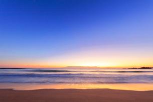 夜明けの海の写真素材 [FYI01800753]
