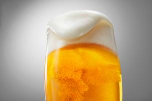泡の溢れるビールの写真素材 [FYI01800777]