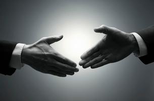 握手をしようとする手の写真素材 [FYI01800804]