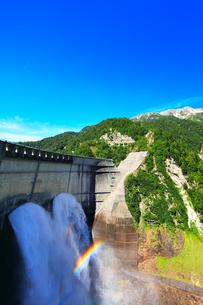 夏の立山 黒部ダム観光放水と虹の写真素材 [FYI01800832]