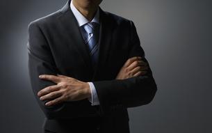 腕を組むビジネスマンの写真素材 [FYI01800834]