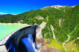 夏の立山 黒部ダム観光放水と虹の写真素材 [FYI01800856]