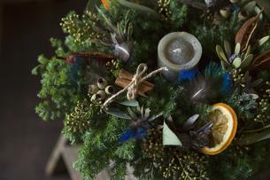 羽やフルーツをあしらったナチュラルなクリスマスリースのアレンジメントの写真素材 [FYI01800875]