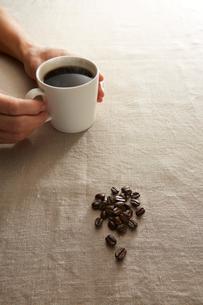 コーヒーカップとコーヒー豆イメージの写真素材 [FYI01800877]