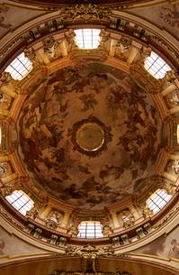 プラハの聖ミクラーシュ教会内観の写真素材 [FYI01800892]