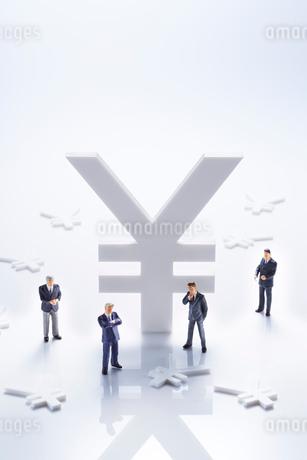 ビジネスマンと通貨マークの写真素材 [FYI01800907]