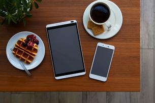 テーブルの上のモバイル端末の写真素材 [FYI01800948]