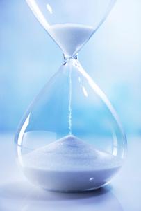 ブルーバックのガラスの砂時計の写真素材 [FYI01800955]