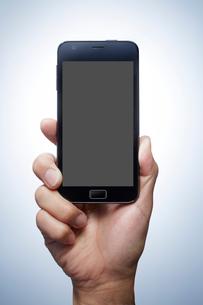 スマートフォンを持つ手の写真素材 [FYI01800960]
