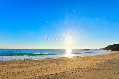 浜辺に寄せる波と空に太陽の写真素材 [FYI01800964]