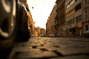 プラハ旧市街の石畳の道の写真素材 [FYI01800980]