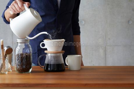 コーヒーを淹れるの写真素材 [FYI01800993]